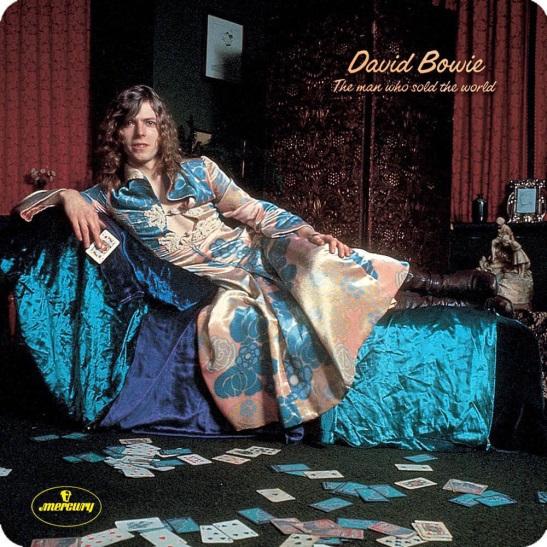 """1970, עטיפת האלבום """"The Man Who Sold the World"""": דיויד בואי לבוש במה שהוכתר אז כ""""שמלה הגברית"""""""